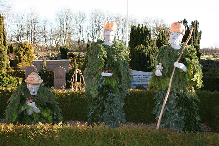 De 3 vise mænd, lavet som granpynt på kirkegården